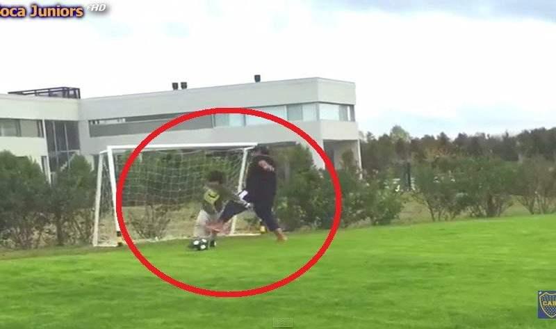 Maradona le metió patada a su nieto Benjamín en la cancha [VIDEO]