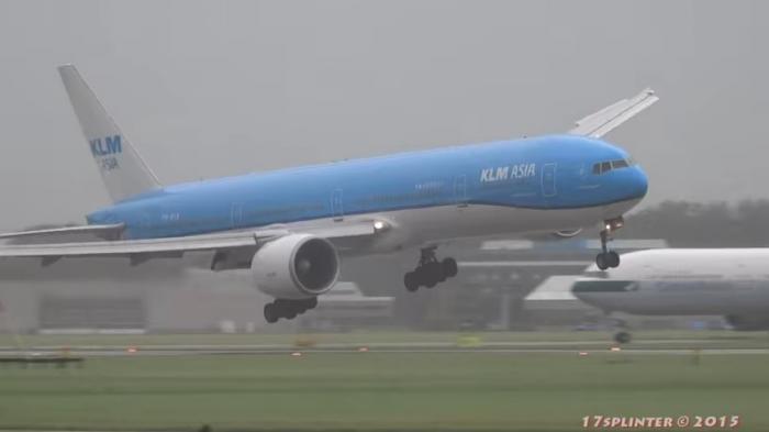 Impactante aterrizaje de Boeing 777 se convierte en viral