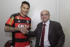 Paolo Guerrero en la foto con el presidente del Flamengo Eduardo Bandeira de Mello.