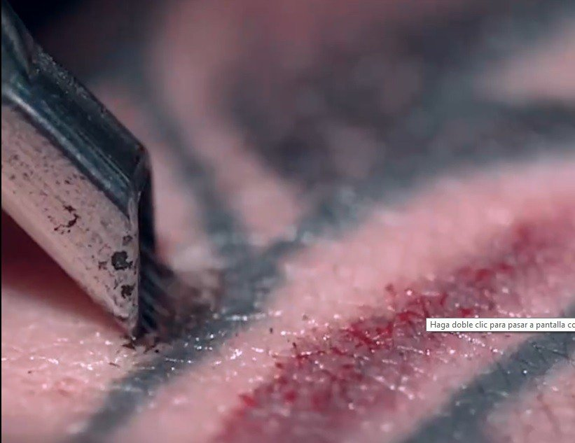 Impactante imagen de como se graba un tatuaje