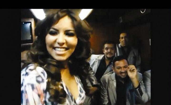 (Video) Conductora de TV se dejó quitar la tanga por banda mexicana
