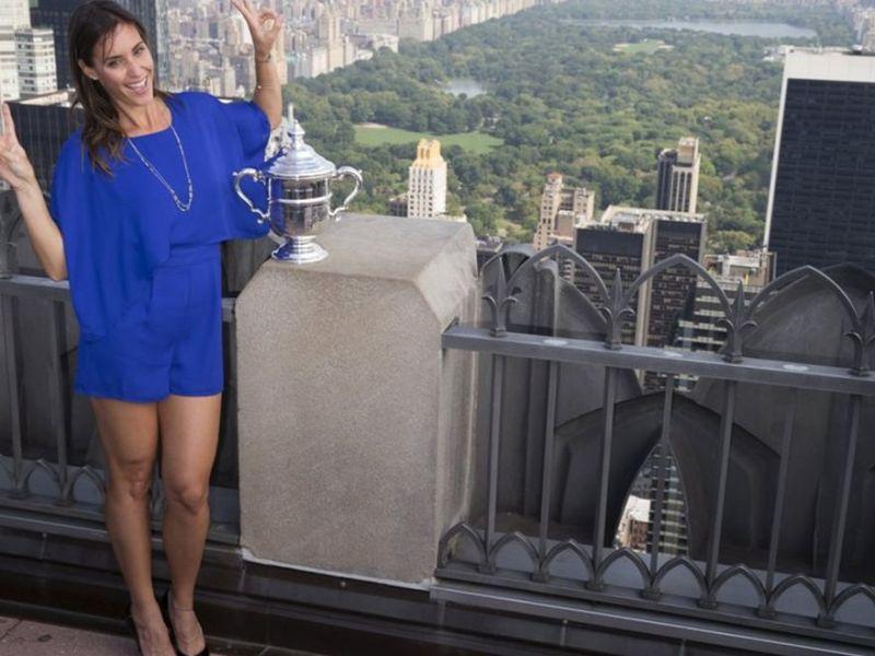 Flavia Pennetta posa con el trofeo del US Open en el Central Park de New York.