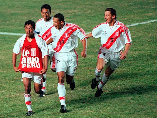 """El famoso polo TE AMO PERÚ del """"Chorri"""" Palacios  salió a la historia a raíz de un gol anotado por él a Paraguay en el proceso clasificatorio Corea del Sur-Japón 2002."""