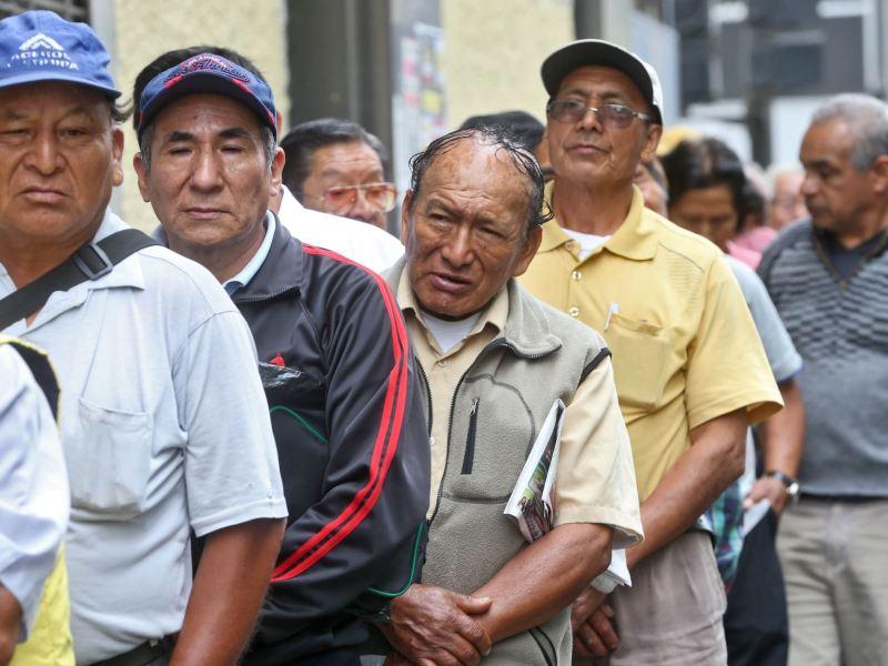 Fonavistas hacen cola para cobrar devolución de aportes