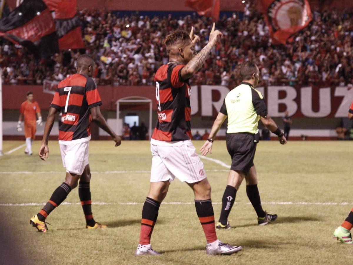 Paolo Guerrero celebró de manera oficial su primer gol del 2016 con Flamengo.