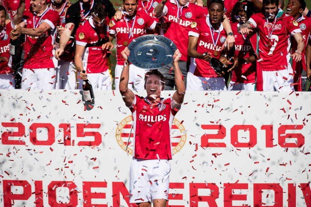El  PSV Eindhoven aprovechó el empate del Ajax para volver a ganar la Liga holandesa.
