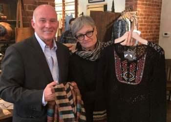 Eduardo Ferreyros promueve las exportaciones peruanas de prendas de alpaca.