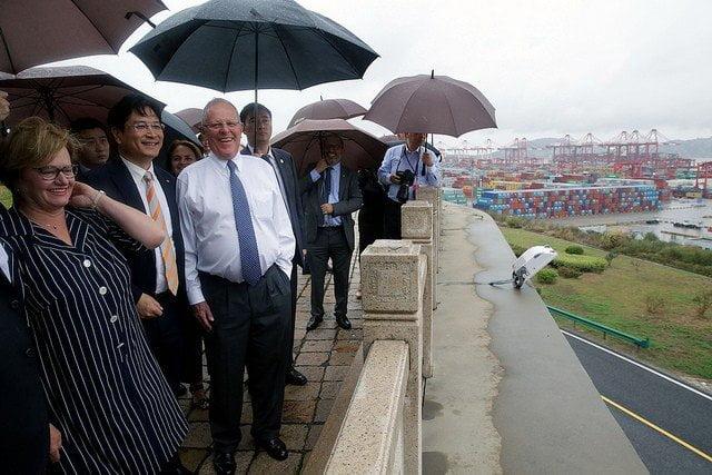 El presidente del Perú resaltó la moderna infraestructura del principal puerto de China y del mundo.