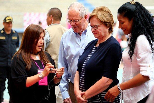 El presidente Kuczynski y la primera dama Nancy Lange compartieron con emprendedoras de la localidad de Manchay.