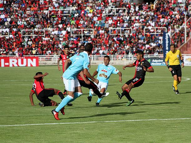 Cristal sacó una mínima ventaja con el gol de visita marcado en la primera final.