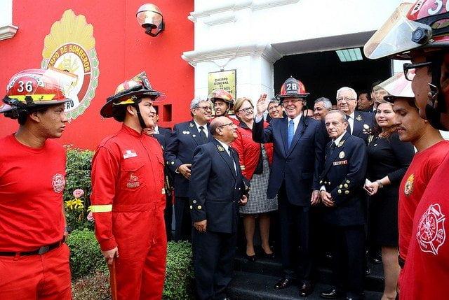 El presidente Kuczynski destacó la labor de los bomberos.
