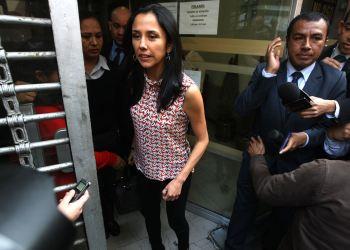 Nadine Heredia con periodista a su salida del PJ