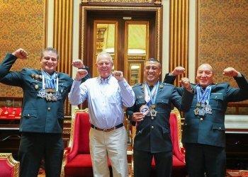 El presidente Kuczynski saludó a deportistas de la PNP que consiguieron el Mundial de levantamiento de potencia en Rusia.