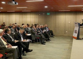 El premier Zavala invitó al sector privado a trabajar junto con el gobierno en la reactivación de la industria nacional.