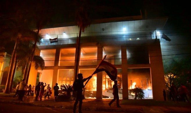 Bomberos logran ingresar en zona del Congreso para sofocar incendio