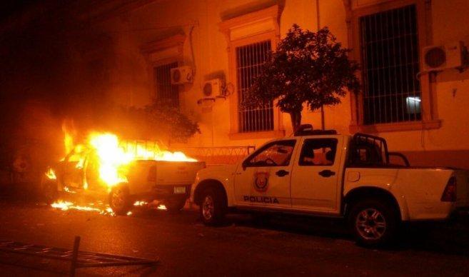 Incendios y protestas en Paraguay