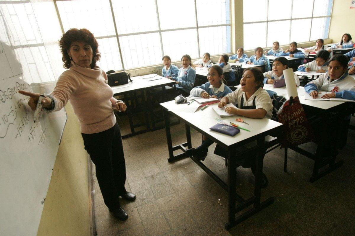 Profesores en colegios del Perú