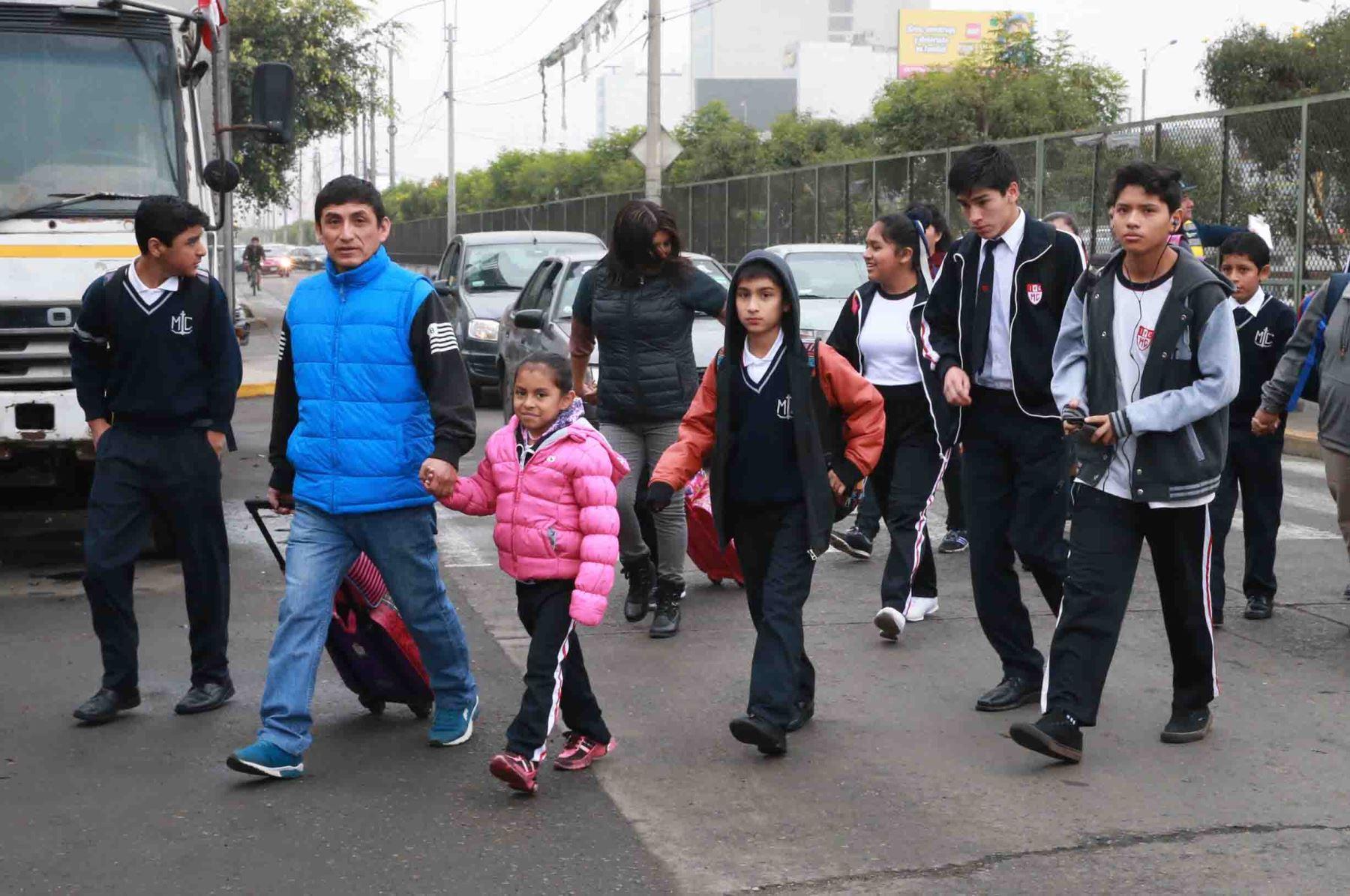 Escolares regresan a las aulas tras huelga