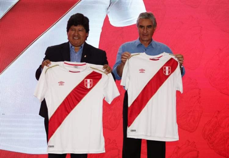 Los directivos de la FPF presentaron la nueva camiseta de la selección.