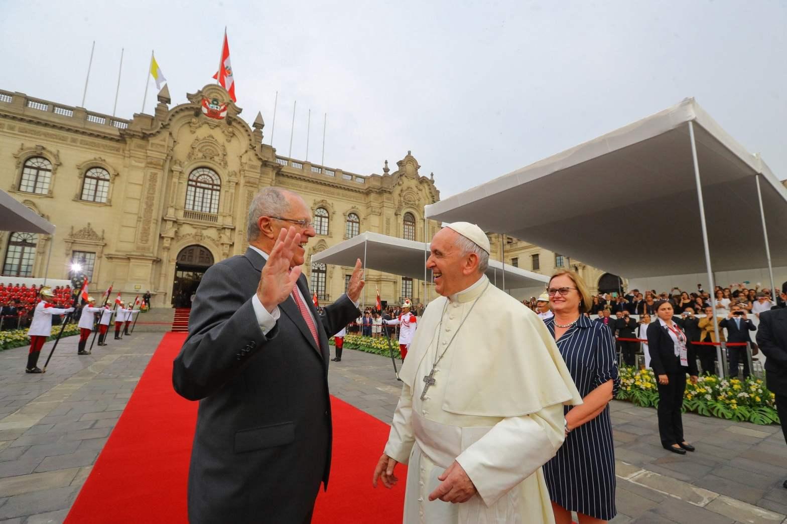 Papa Francisco visitó Palacio de Gobierno y fue ovacionado por cientos de fieles