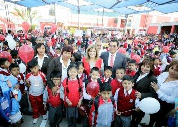 La premier Mercedes Aráoz inauguró el año escolar en el colegio Eduardo López de Romaña de Arequipa.