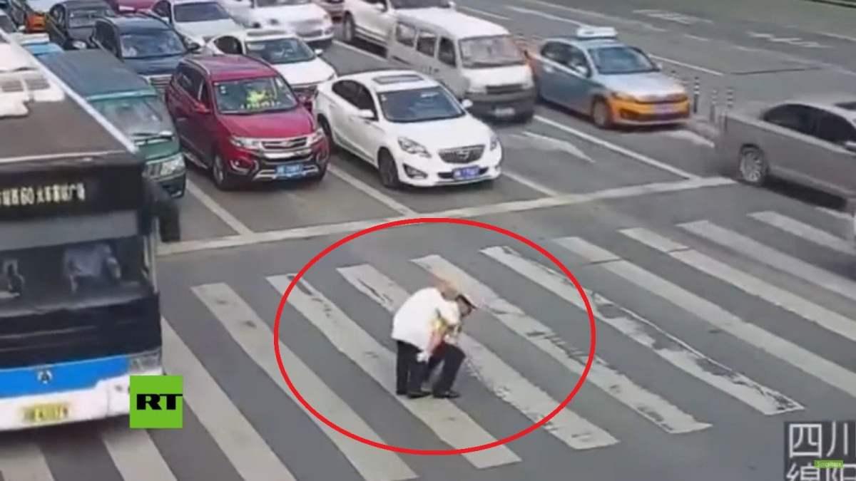 Anciano cruza la calle