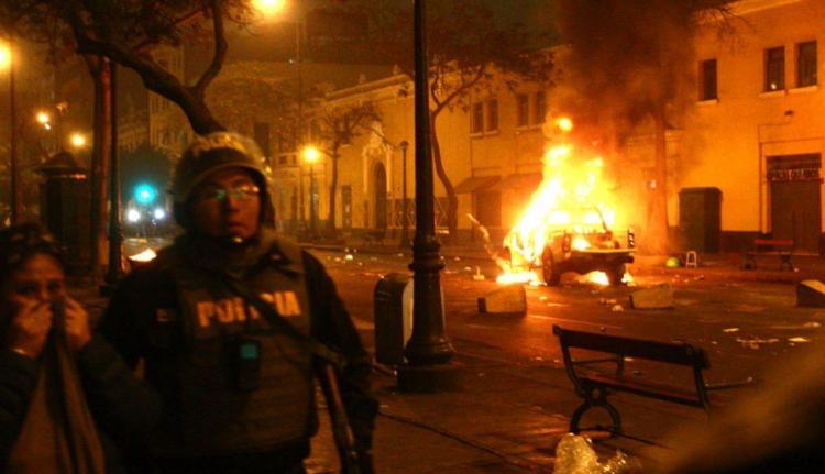 Quema de patrullero en Lima