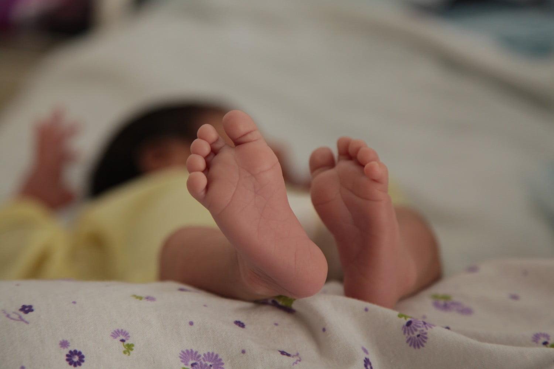 Contacto piel a piel entre madre y recién nacido asegura el inicio de la lactancia materna