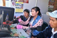 Jóvenes ofrecen servicios en quechua