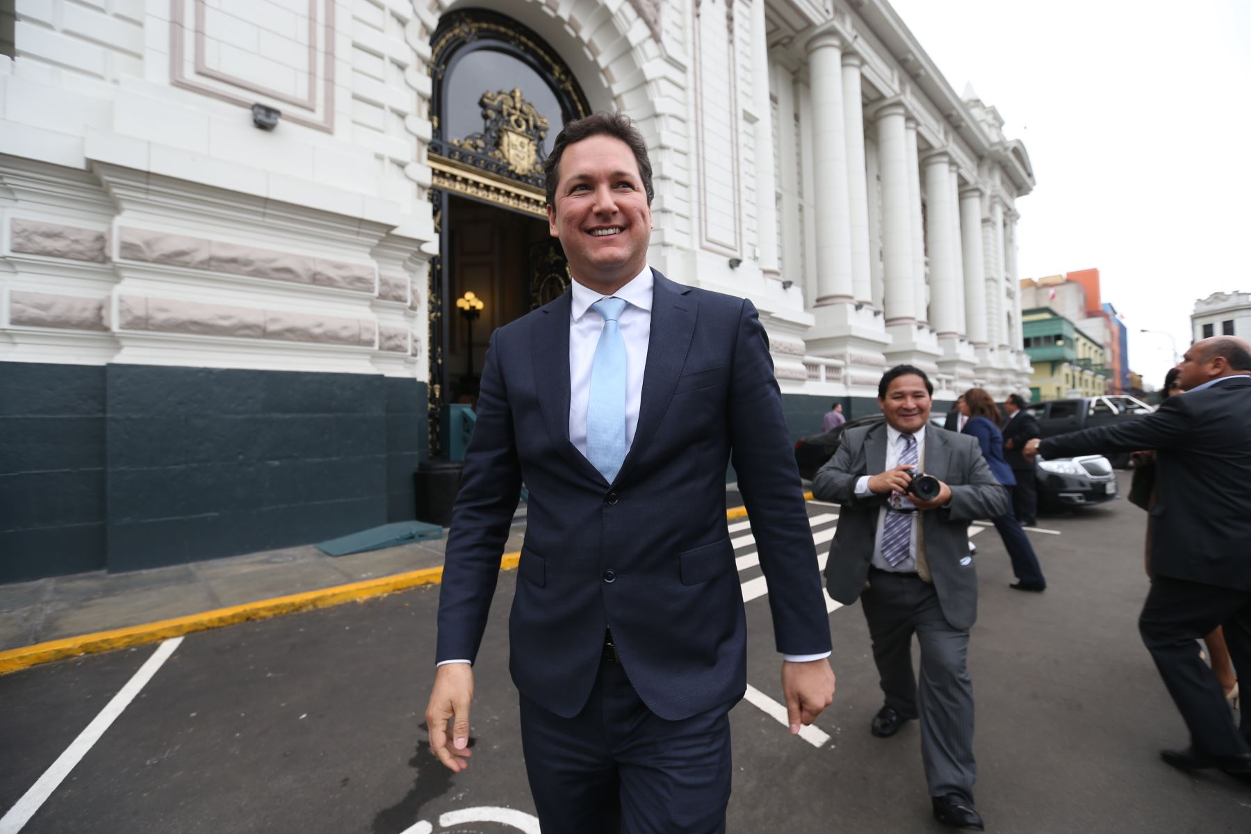 Daniel Salaverry saliendo del Congreso