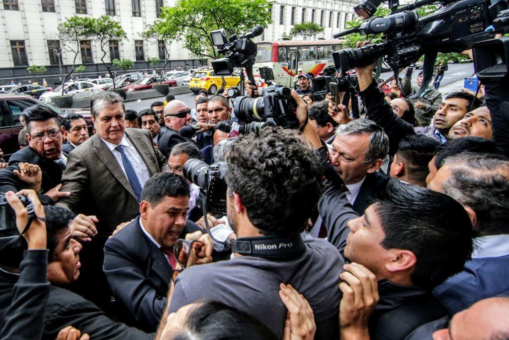 Alan García llegando al juzgado