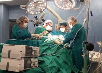 Operan con éxito a niño que sufrió impacto de un trinche en el cráneo