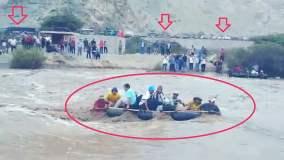 Arequipa: Pasajeros usan balsas para cruzar inundada Panamericana Sur