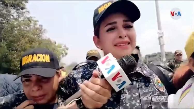 Mujeres policía lloran y desertan de las fuerzas de Nicolás Maduro