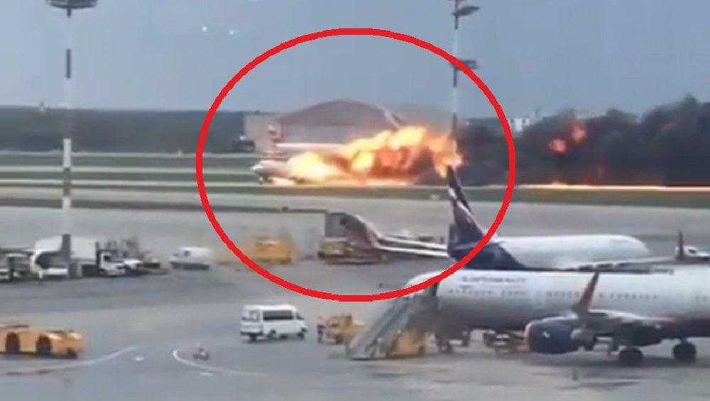Avión ruso se incendió en pista de aterrizaje y mueren 13 personas