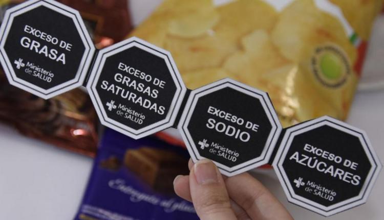 Alimentos procesados deben incluir advertencias publicitarias