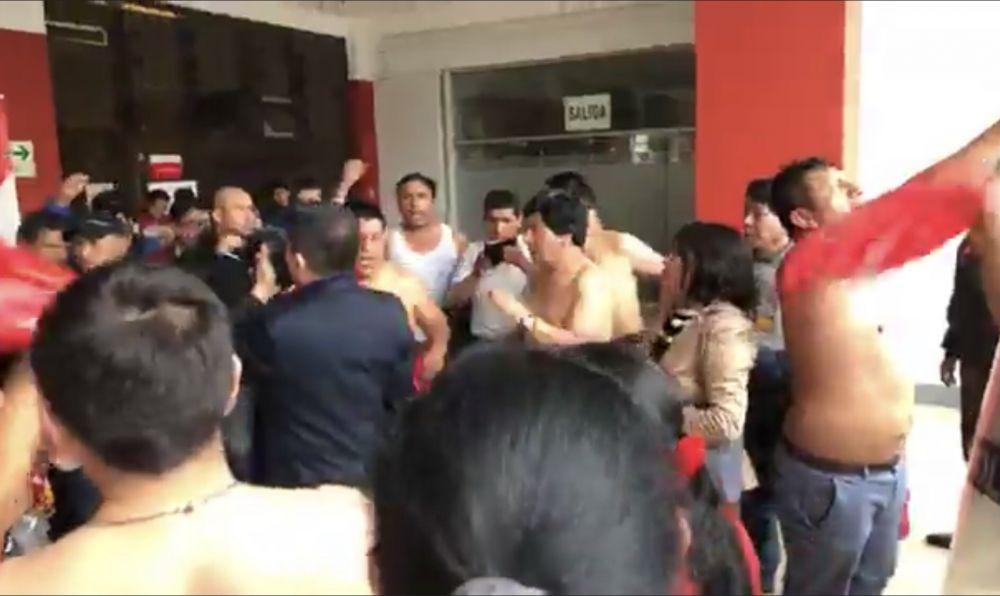 Mineros ingresan por la fuerza y se desnudan en el Ministerio de Trabajo