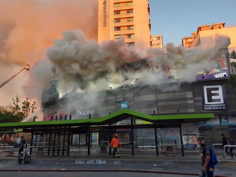 Protestas en Chile continúan e incendian edificio comercial