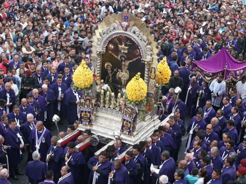 Señor de los Milagros sale en procesión