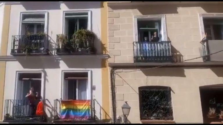 Cumbia peruana desde los balcones de la ciudad Madrid durante cuarentena