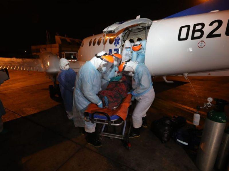 Trasladan de Iquitos a Lima a siete médicos con COVID-19