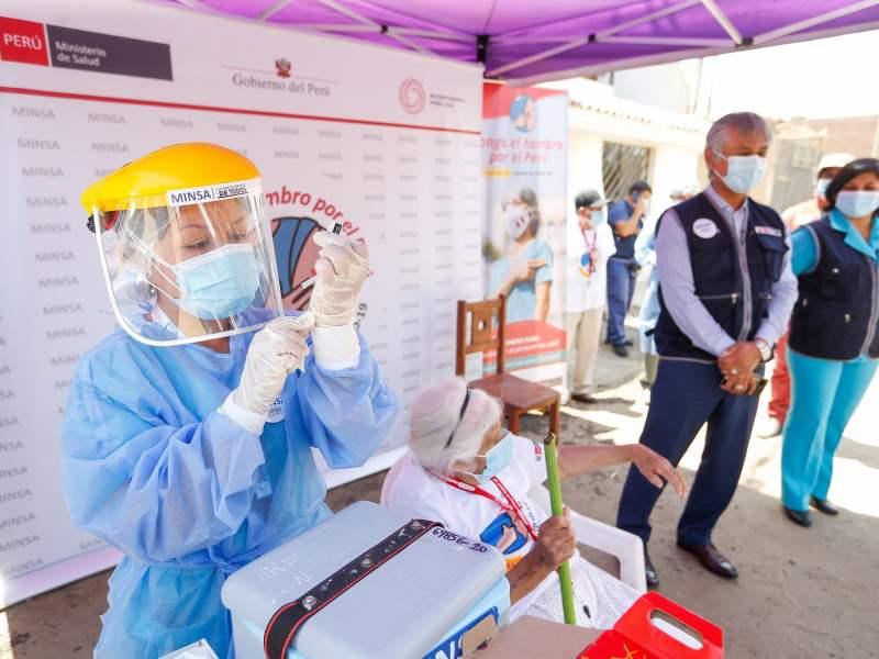 Vacunación de doña Petita de 102 años