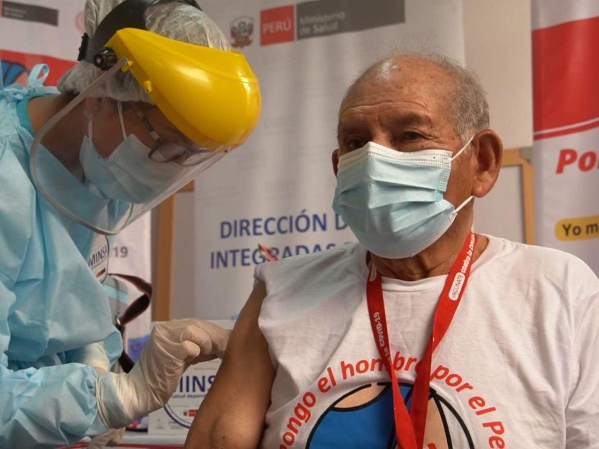 Venezolanos vacunados contra el COVID-19 en el Perú