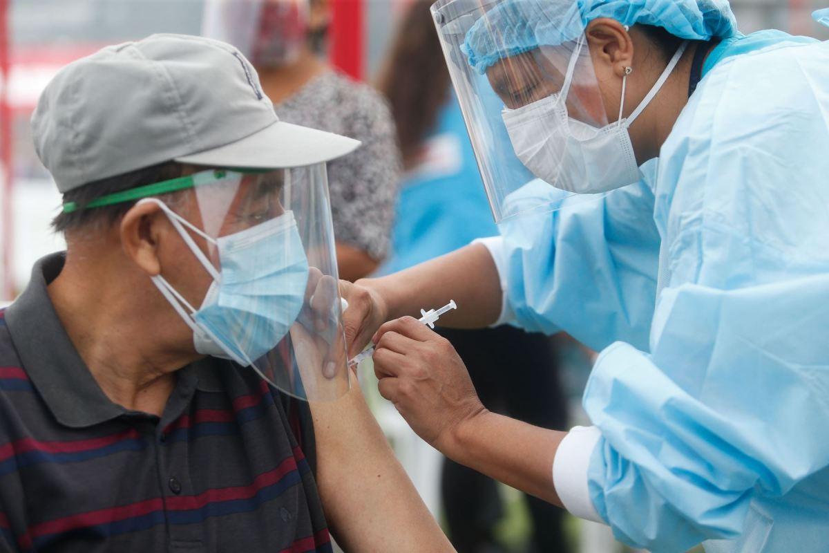 Vacunación de adultos mayores de 65 años empieza