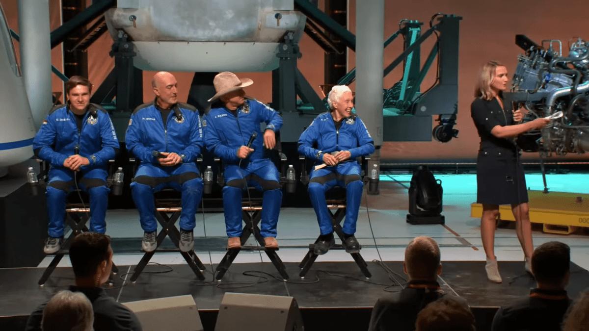 Jeff Bezos y los tripulantes de New Shepard