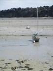 Sur le Chemin des Douaniers : bateau momentanément échoué !