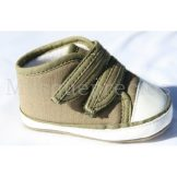 Zapatos de bebe, bambas caqui y piel blanca