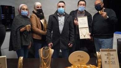 صورة شاهد.. رجل أعمال أردني يوزع ذهباً على موظفيه