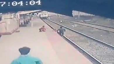 صورة بلمح البصر كالبرق..هكذا أنقذ عامل هندي طفلا من موت محقق