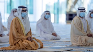 صورة وكالة أنباء الإمارات – طحنون بن محمد يؤدي صلاة عيد الفطر بمسجد الشيخ خليفة بن زايد في العين